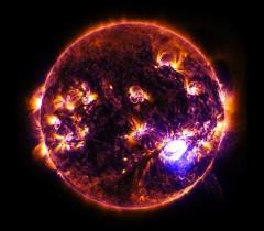 Солнце на снимке рентгеновского телескопа «Чандра». Над чёрной поверхностью — бури рентгеновского излучения.
