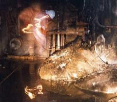 Артур Корнеев, зам. директора объекта «Укрытие» на Чернобыльской АЭС, изучает ядерную лаву (так называемую «слоновью ногу»), Чернобыль, 1996. Фото: Министерство энергетики США