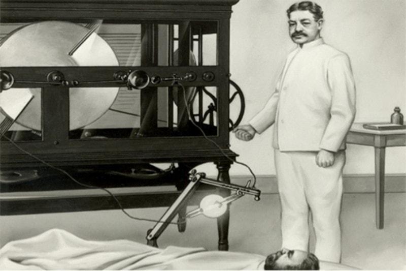 Врач Уильям Коли рядом с одним из первых пациентов и одной из первых подобных машин