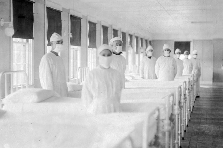 Санитары, готовые помочь пациентам в отделении для больных гриппом в Военно-морском госпитале США на острове Маре, Калифорния, 10 декабря 1918 г.
