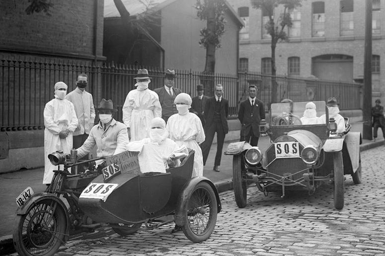 Сидней, Австралия. Санитарки покидают станцию Блэкфрайерс в Чиппендейл во время эпидемии гриппа в апреле 1919 г.
