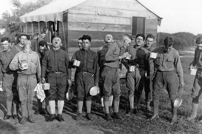 Солдаты полощут горло соленой водой, чтобы защитить себя от гриппа, в Кемп Дикс, Нью Джерси, 24 сентября 1918 г.