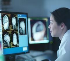 Врач-рентгенолог, находясь на своем рабочем месте, получает результаты МРТ по сети. Такая организация работы позволяет одновременно анализировать снимки из нескольких клиник.