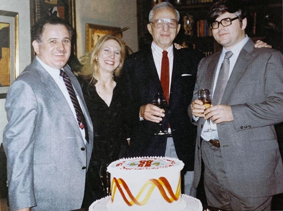Учёные празднуют открытие маркера хореи Гентингтона, 1983 год. Слева направо: - программист Майк Коннили, - Нэнси Уэкслер, - Милтон Уэкслер (1908-2007), её отец и президент фонда HDF, - генетик Джеймс Гузелла. Торт украшен изображением хромосомы и двойной спирали ДНК.
