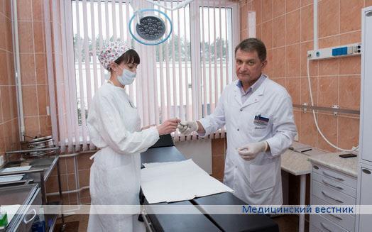 Заведующий отделением сосудистой хирургии Владимир Засимович и медсестра перевязочного кабинета Людмила Млынец готовятся к осмотру пациента