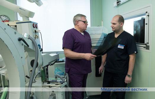 Заведующий травматолого-ортопедическим отделением Сергей Кисель и врач-травматолог-ортопед Евгений Утешев обсуждают рентгеновские снимки.