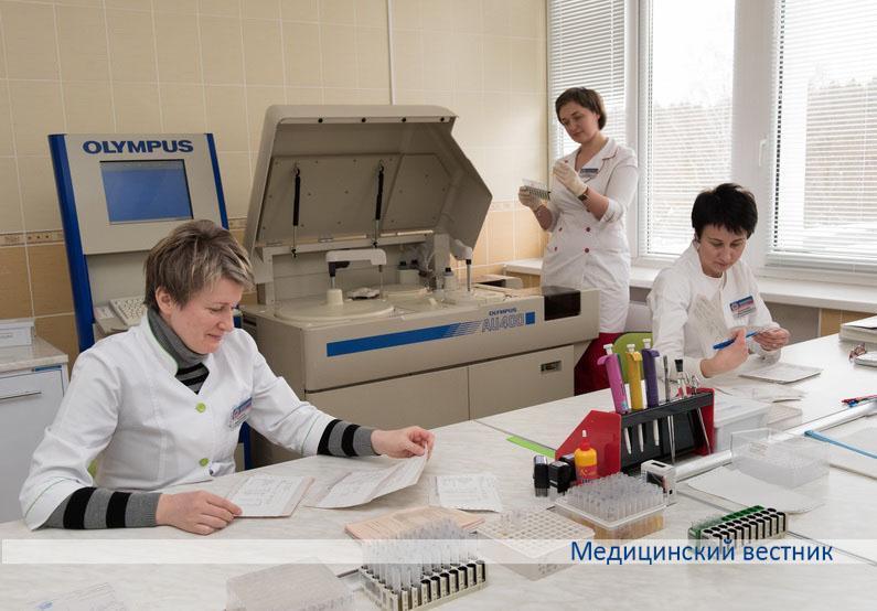 Заведующая отделением клинической лабораторной диагностики Анна Калина (в центре), врачи лабораторной диагностики Юлия Данилькевич и Инна Кабецкая