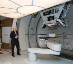 Аркадий Столпнер в центре протонной терапии МИБС
