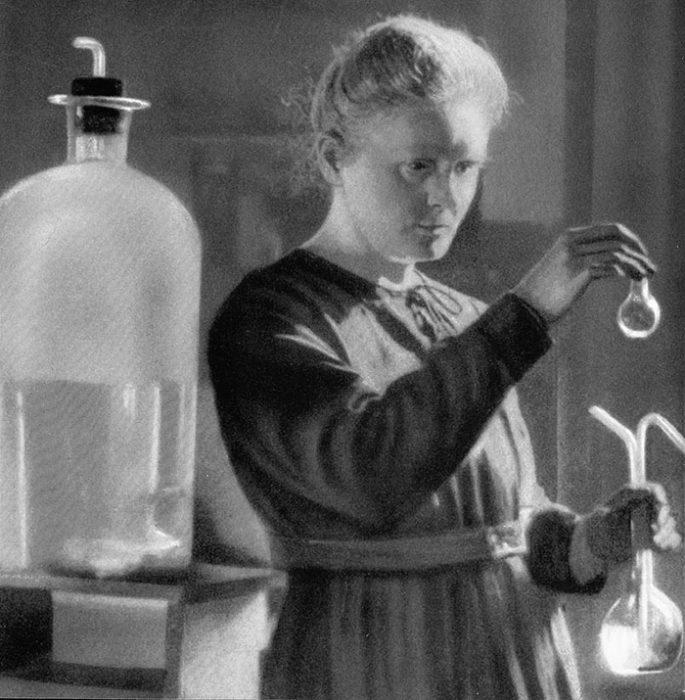 Мария Кюри во время проведения опыта.