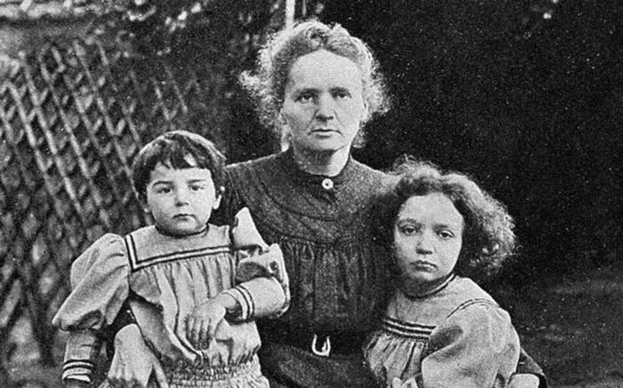 Мария Кюри с дочерьми.