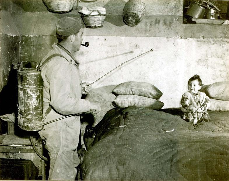 Опрыскивание помещения 10-процентным раствором ДДТ с керосином для борьбы с малярией. Италия, 1945 год.