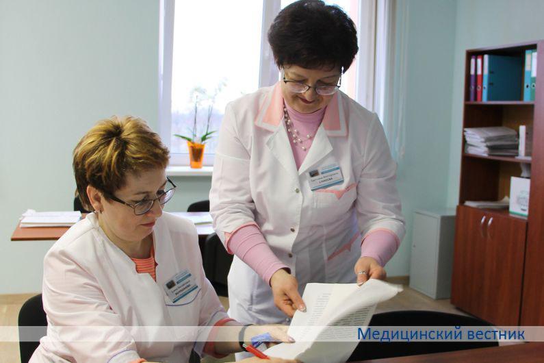 Заместитель заведующей поликлиникой Елена Волошанова (слева) и старшая медсестра Светлана Сликеева понимают друг друга с полуслова. Они не только работают рука об руку много лет, но и учились в одном медучилище.