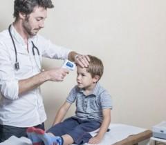 Даже с температурой ребенка надо вести к доктору в приемную