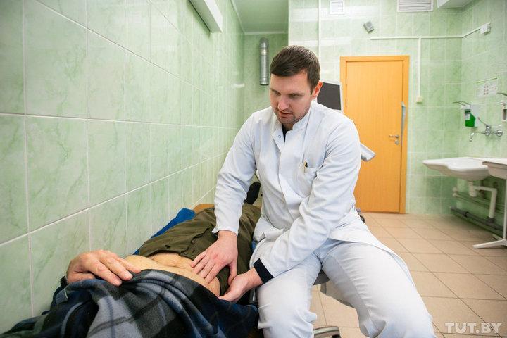 Уролог Минского городского центра мужского здоровья Артем Боровик осматривает пациента
