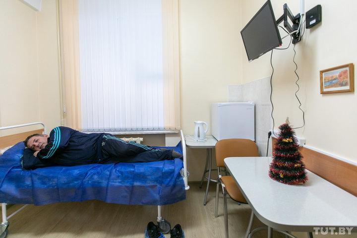 После операций или сложных исследований пациенты центра находятся под наблюдением врачей в палатах в отделении дневного пребывания