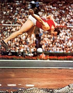 Валерий Брумель (1942 - 2003), лучший прыгун в высоту за первые 75 лет существования Международной любительской легкоатлетической федерации (IAAF). 6-кратный мировой рекордсмен с наивысшим достижением 2 м 28 см. Этот результат остался непревзойдённым в применявшейся Брумелем перекидной технике. Чемпион СССР (1961-1963), Европы (1962), победитель открытых зимних чемпионатов США (1961, 1963, 1965), чемпион Олимпийских игр в Токио (1964). В 1961, 1962 и 1963 годах признавался лучшим спортсменом года в мире. Член ЦК ВЛКСМ с 1964 года. Попал в аварию 5 октября 1965 года, едва не потерял правую ногу. После 25 мелких и 7 крупных операций стал пациентом Илизарова. 28 мая 1968 года состоялась операция билокального компрессионно-дистракционного остеосинтеза: удалены нагноившиеся концы кости, большеберцовая кость рассечена в двух местах, дефект восполнен удлинением на 3,5 сантиметра. На всё лечение у Илизарова ушло 4,5 месяца. Вернулся в спорт, сумел прыгнуть на высоту 2 м 9 см, но после новой травмы вынужден был отказаться от дальнейших тренировок. Стал писателем, драматургом и самым полезным из добровольных помощников Илизарова в борьбе за его научное направление.