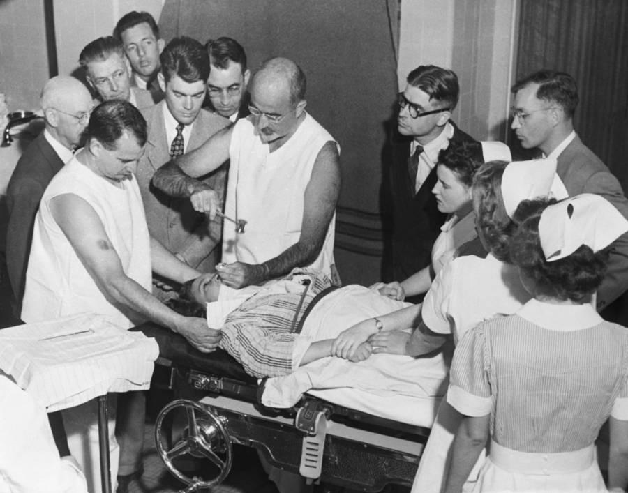 Уолтер Фримен проводит лоботомию. 11 июля 1949 г.