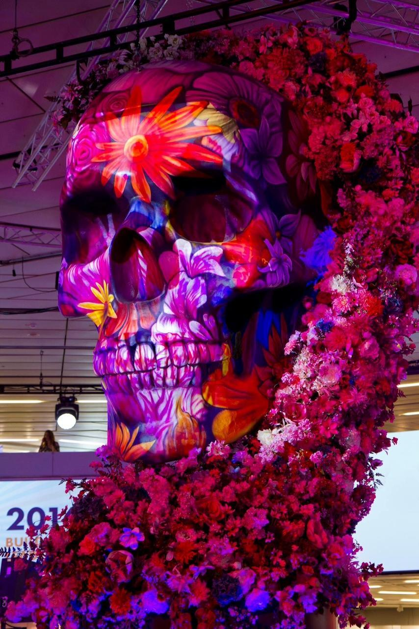 Ежегодно организаторы выставки делают прекрасные инсталляции в холле выставки