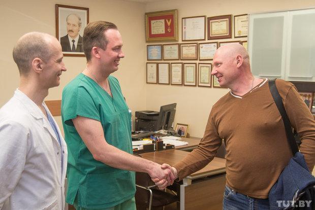 Леонид здоровается с врачами, которые его оперировали. Читать полностью: https://news.tut.by/society/535415.html