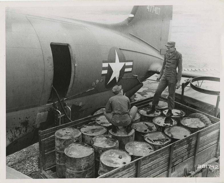 Бочки с ДДТ перед погрузкой в транспортный самолет C-46. США, 1951 год.