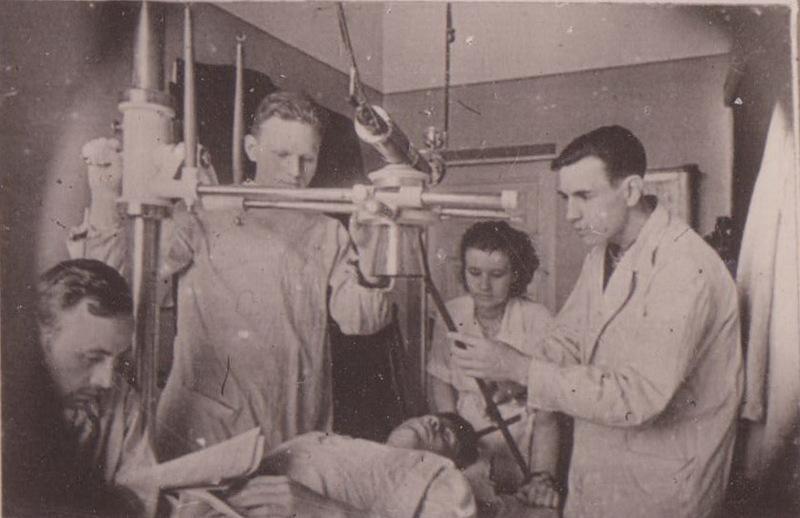 Л. Д. Линденбратен (крайний справа) среди курсантов ВММА