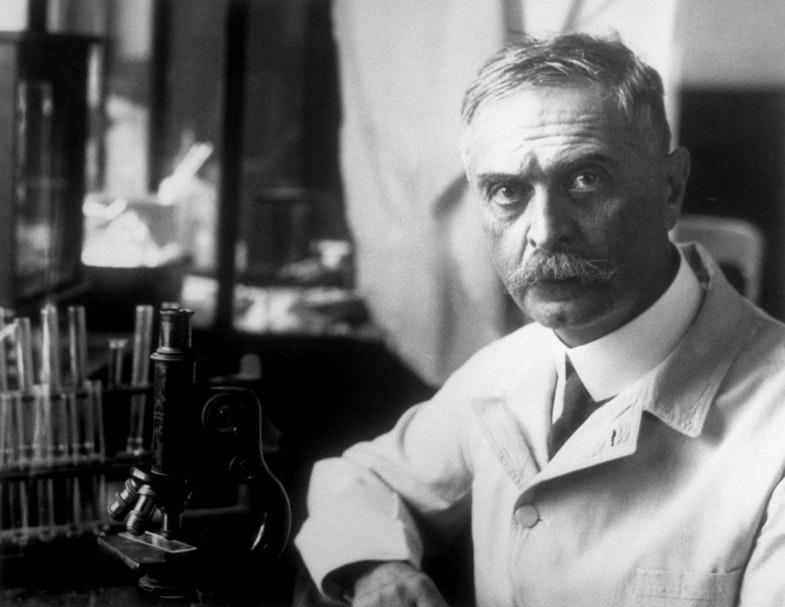 Карл Ландштейнер в своей лаборатории Института патологии Венского университета, 1930 год.