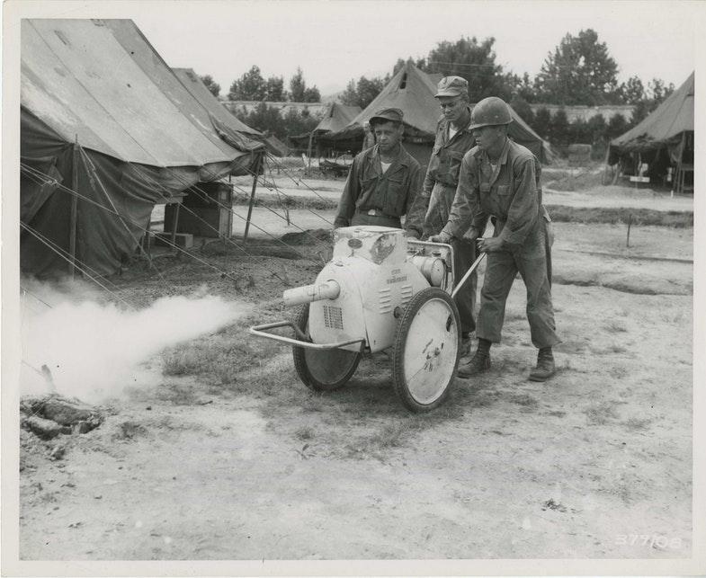 Члены медицинского отряда распыляют ДДТ. США, 1951 год.