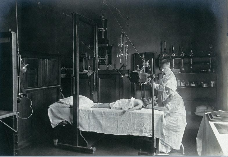 Университетская детская больница в Вене, ребенку делают рентген, 1921 год. Источник: Wellcome Library, London / Wellcome Images