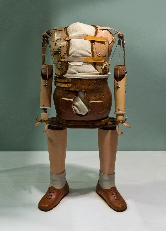 Музейный экспонат, в котором собраны одни из самых ранних моделей протезов конечностей