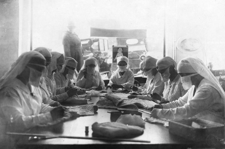 Борющиеся с гриппом в Сиэтле рабочие в кабинете Красного креста, в 1918 г.