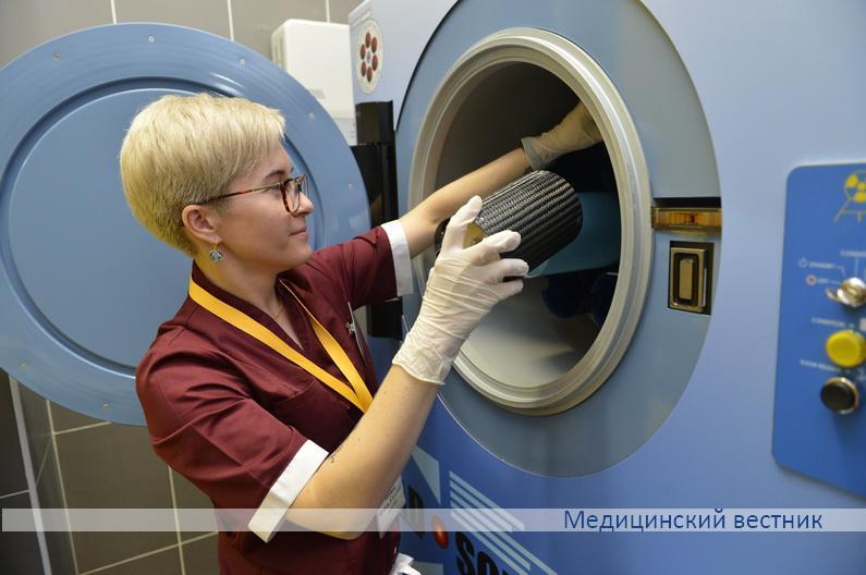 Заведующая отделением заготовки крови и ее компонентов Ольга Махина демонстрирует возможности единственного в СНГ аппарата для рентген-облучения компонентов крови