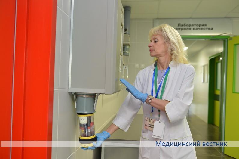 Заведующая клинико-диагностической лабораторией Татьяна Автухова демонстрирует возможности пневмопочты