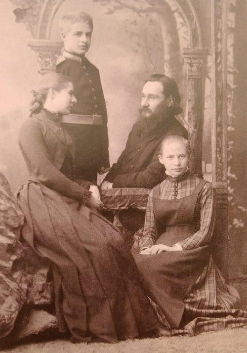 Илья Ильич Мечников (1845-1916) с женой, её братом и сестрой – теми самыми детьми, для которых была устроена «ёлка» на мандариновом деревце. Фото 1887 года.