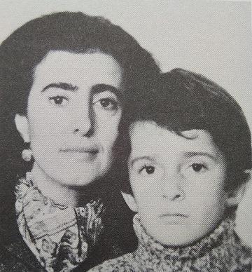 Марина Войханская (родилась в 1935 году), психиатр и зарубежный представитель Рабочей комиссии, с сыном Мишей, которому после мощной общественной кампании на Западе позволили воссоединиться с матерью. 1974.